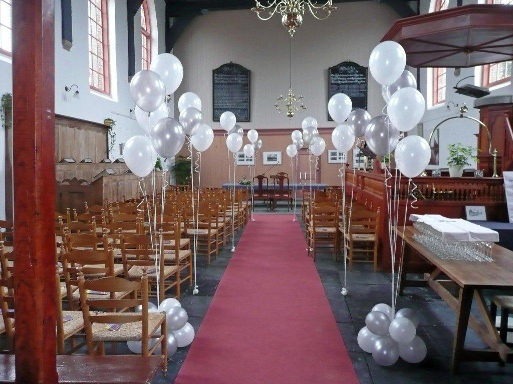 Erehaag van ballonboeketten bruiloft